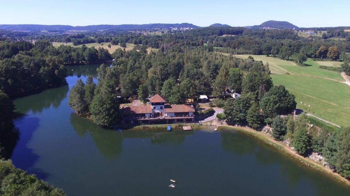 Camping bij een meer in de Vogezen