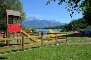 camping direct aan het meer in de Alpen