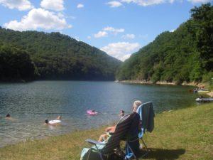 Kleine 2-sterren camping direct aan meer in de Auvergne
