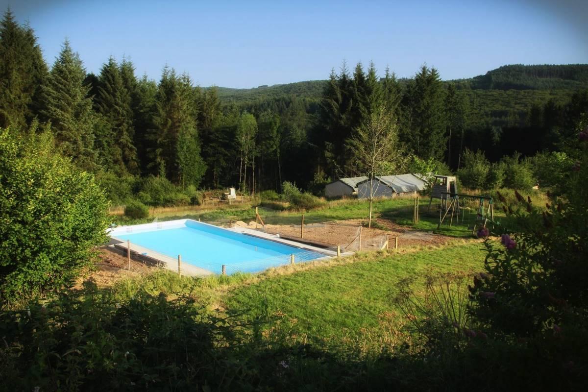 Kleine camping bij Nederlanders met zwembad in de Auvergne