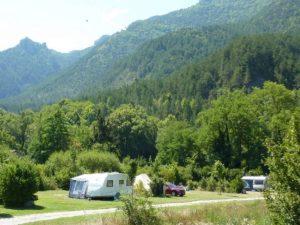 Kleine camping aan de Drome tegen de Alpen