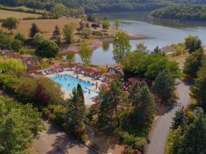 Middelgrote camping voor tieners aan het water in Frankrijk