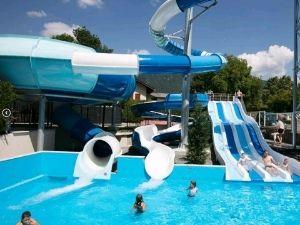 zwembad met glijbanen bij het meer van Annecy